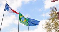 Drapeaux français, brésilien et européen